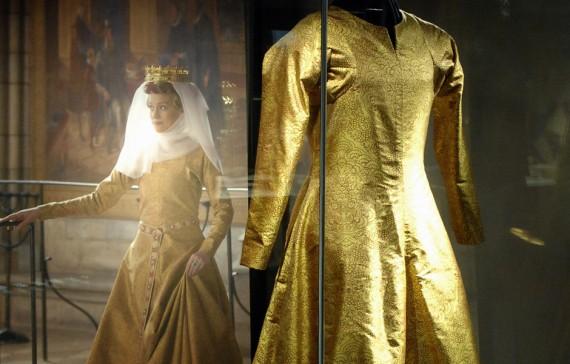 Kopia av drottning Margaretas klänning. Originalet i vävt guldtyg tillhör Uppsala domkyrkomuseum, 1400-tal