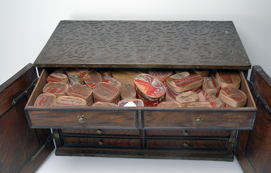 Kabinettskåp i trä med mässingsdetaljer innehållande naturaliasamling, 1700-1750, SHM 3937