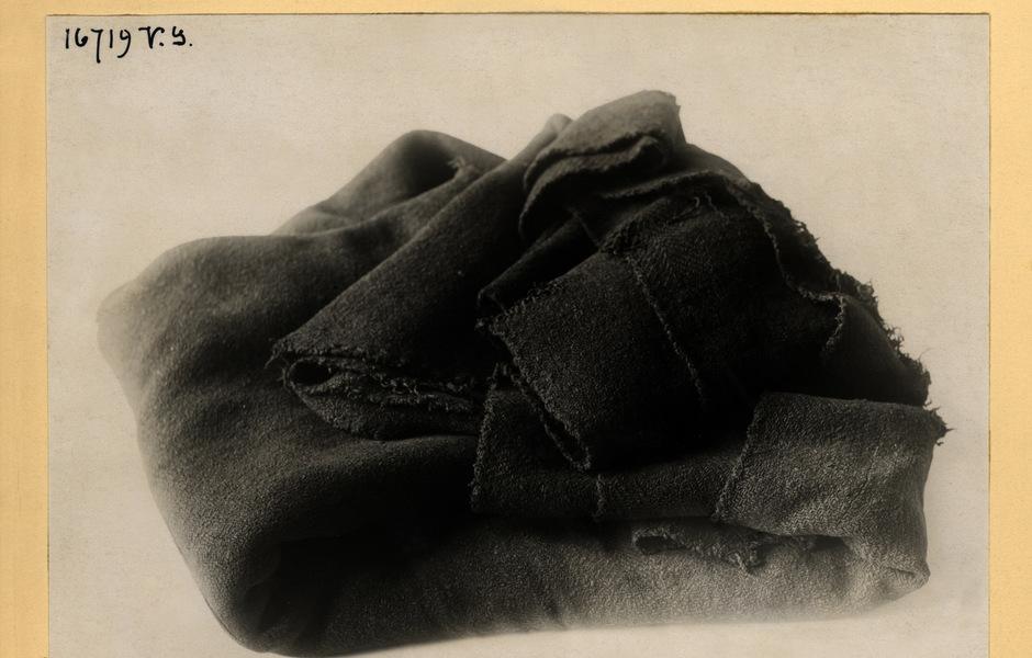 Bilden visar hur manteln var vikt vid fyndtillfället. Fotograf: ATA