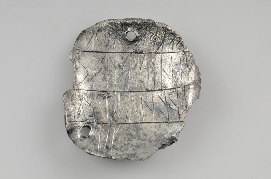 Silverhänge med runinskrift från Birkagrav 552