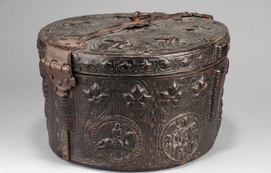 På bilden ser du ett kronfodral av läder, tillverkad som förvaringslåda för en krona. På fodralet finns Birger Jarls sigill. Man vet inte vems kronan den varit tillverkad för men man tror att det skulle kunna vara Magnus Erikssons kronfodral. Kronfodralet återfanns i Nordtyskland, utanför Harz, i mitten av 1800-talet. Inventarienr: 29751. Foto: SHM