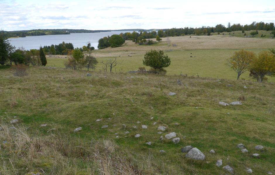 Vy över gravfältsavsnittet Norr om Borg. Här undersökte Hjalmar Stolpe drygt 200 gravar. Flera av dessa var rikt utrustade kammar- eller skelettgravar. Foto: Jonathan Olsson/SHM.