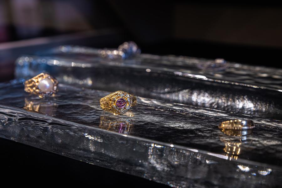 Guldringar som är uppställda i butiken